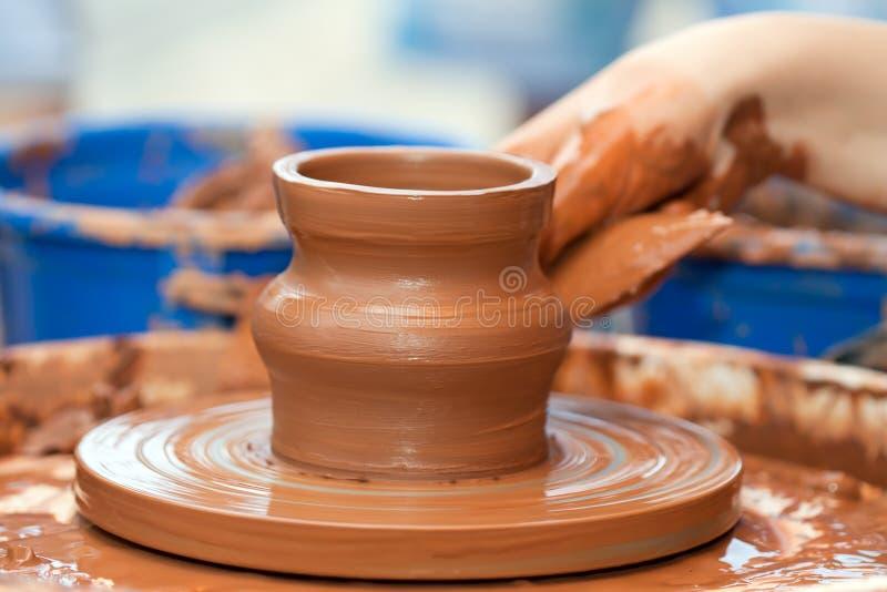 De pottenbakkershand van de klei royalty-vrije stock fotografie