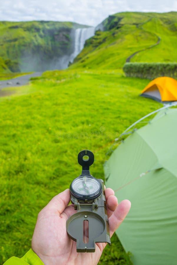 De prachtige, hoge en reusachtige waterval en het kompas van Skogarfoss ter beschikking, op Zuid-IJsland royalty-vrije stock fotografie
