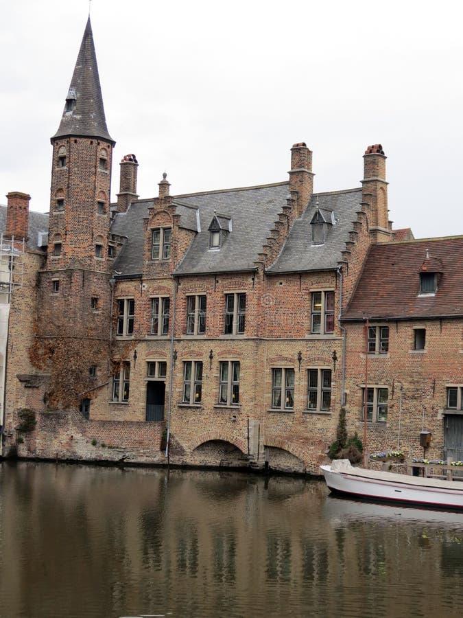 De prachtige oude bouw van Europa, België, West-Vlaanderen, Brugge op de Bank van het kanaal stock foto's