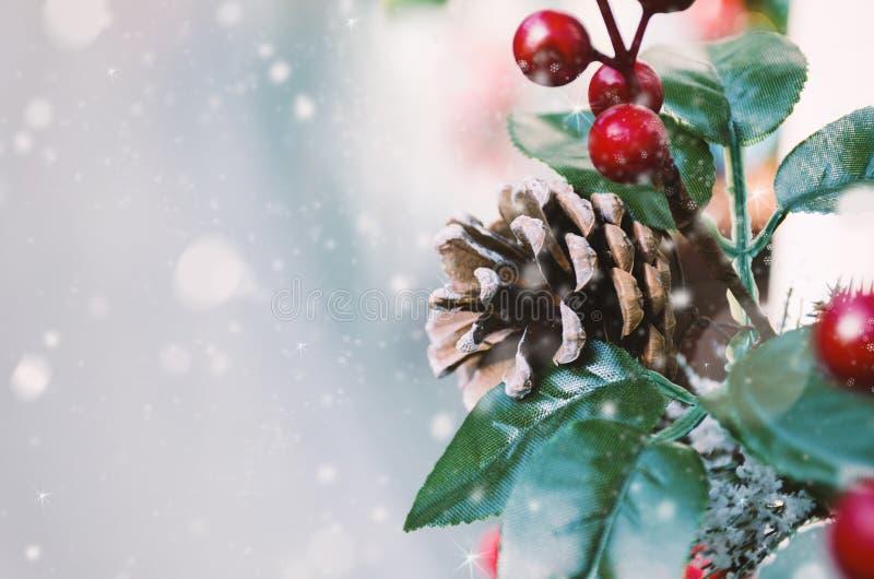 De prentbriefkaar van de de wintervakantie - Vakantieachtergrond met Kerstmisdecor en sneeuw stock foto's
