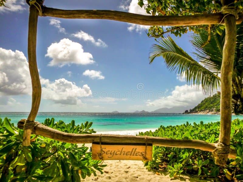 De prentbriefkaarlandschap die van Seychellen prachtig strand tonen royalty-vrije stock foto