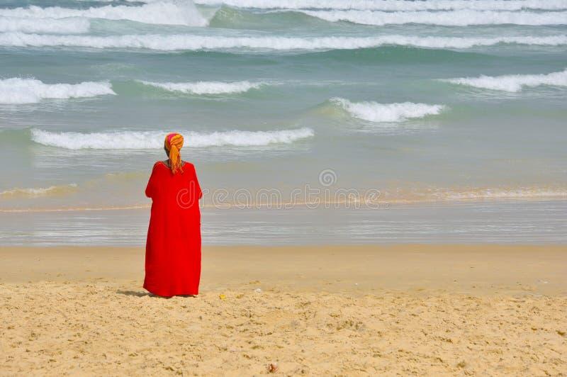 De prentbriefkaarmening van Senegal met vrouwen en oceaan stock afbeeldingen