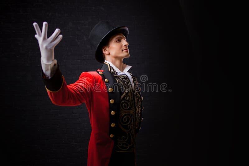 De presentatie, begint de show Jonge mannelijke entertainer, presentator of acteur op stadium De kerel in rode camisole en de cil royalty-vrije stock afbeeldingen