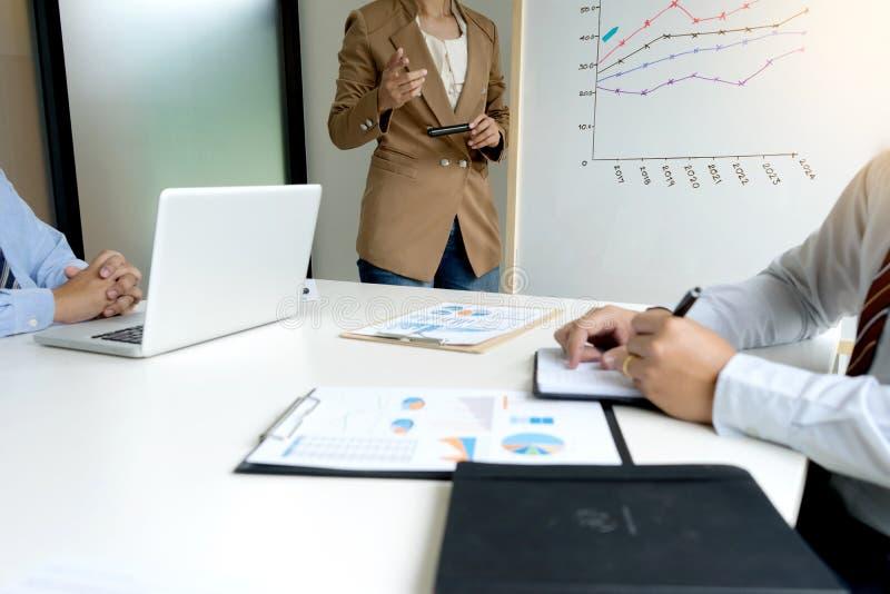 de presentatie in commerciële groepsvergadering toont grafiekgrafiek stock afbeelding