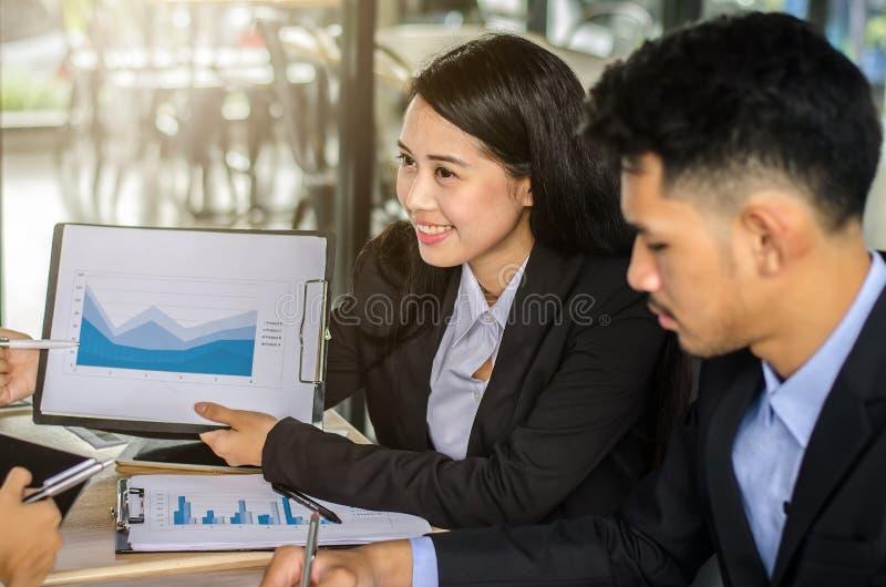 De presentatie van de bedrijfsvrouwenconferentie met team opleiding royalty-vrije stock foto's