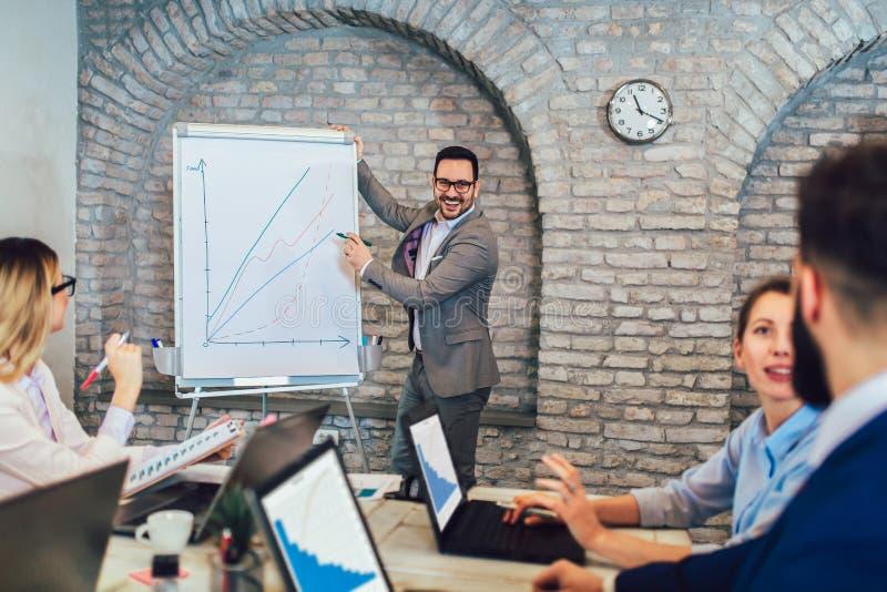 De Presentatie van zakenmanat whiteboard giving in Bestuurskamer stock afbeeldingen