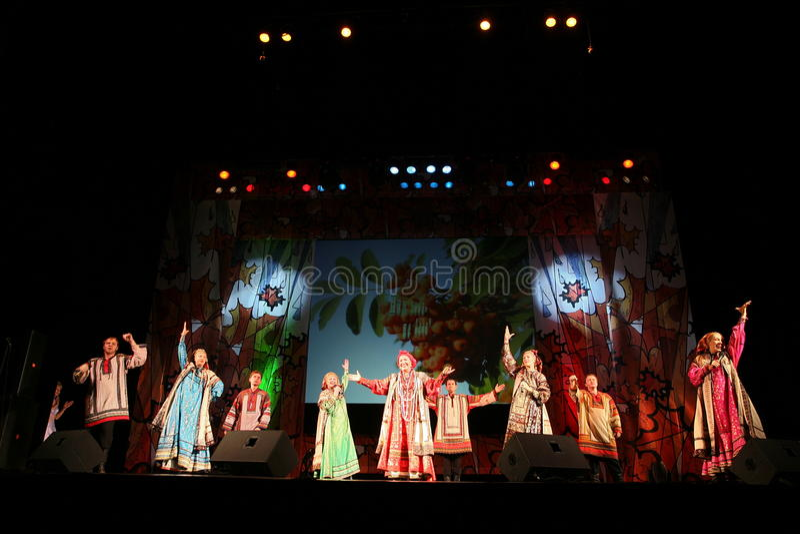 De prestaties op het stadium van actoren, solisten, zangers en dansers van het nationale theater Russische lied royalty-vrije stock afbeeldingen