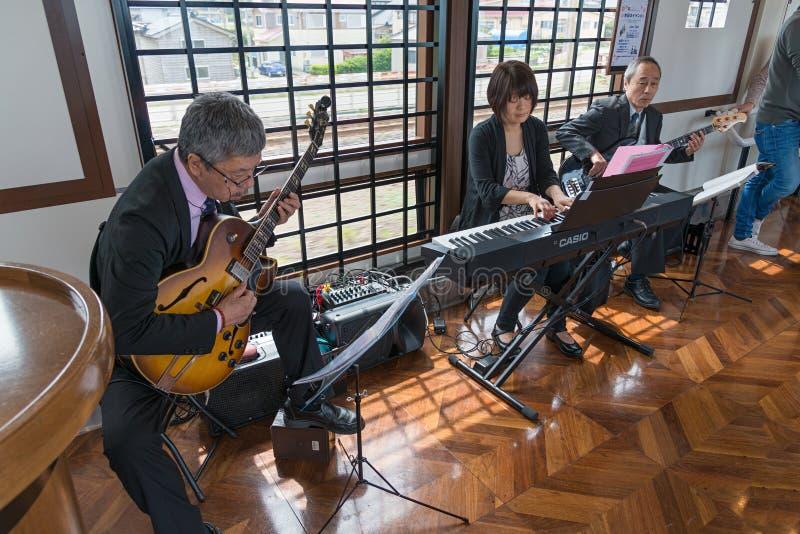 De prestaties van de jazzmuziek in de toeristentrein Koshino Shu*Kura stock foto