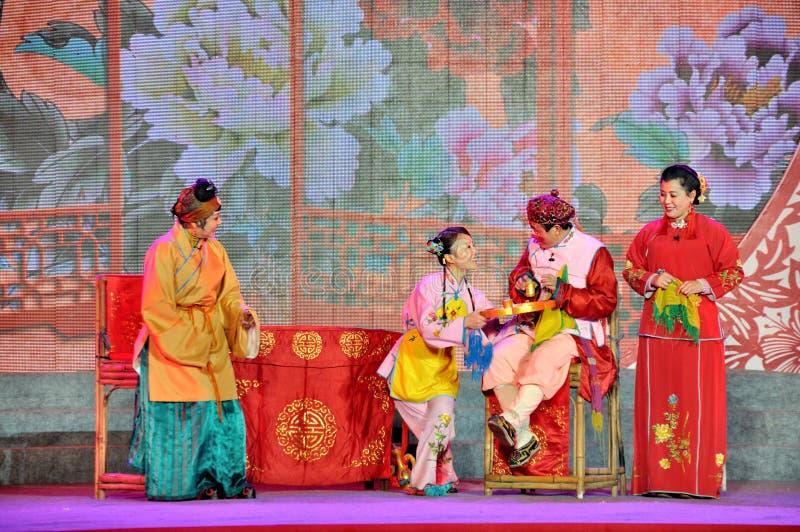 De Prestaties van de Sichuaneseopera op Lantaarnfestival stock afbeeldingen