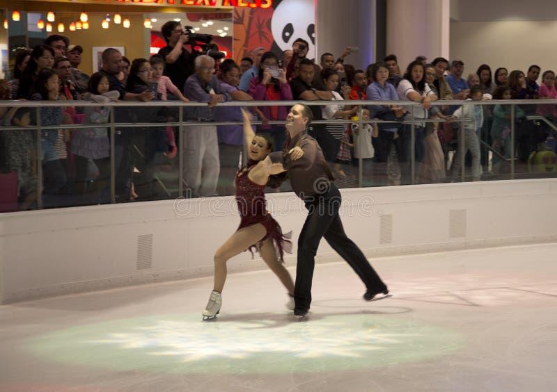 De prestaties van het paarkunstschaatsen op Galleria Dallas stock foto