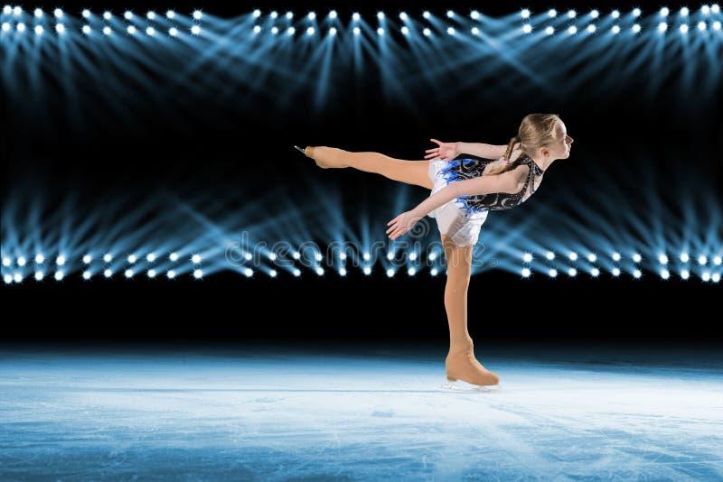 De prestaties van jonge schaatsers, ijs tonen royalty-vrije stock afbeeldingen