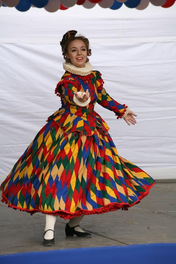 De prestaties van promotors en dansers van het ensemble van de historische kostuum en dansneven van Rameau stock foto's