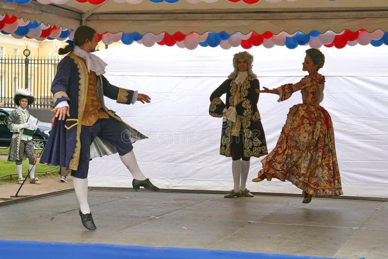 De prestaties van promotors en dansers van het ensemble van de historische kostuum en dansneven van Rameau stock fotografie
