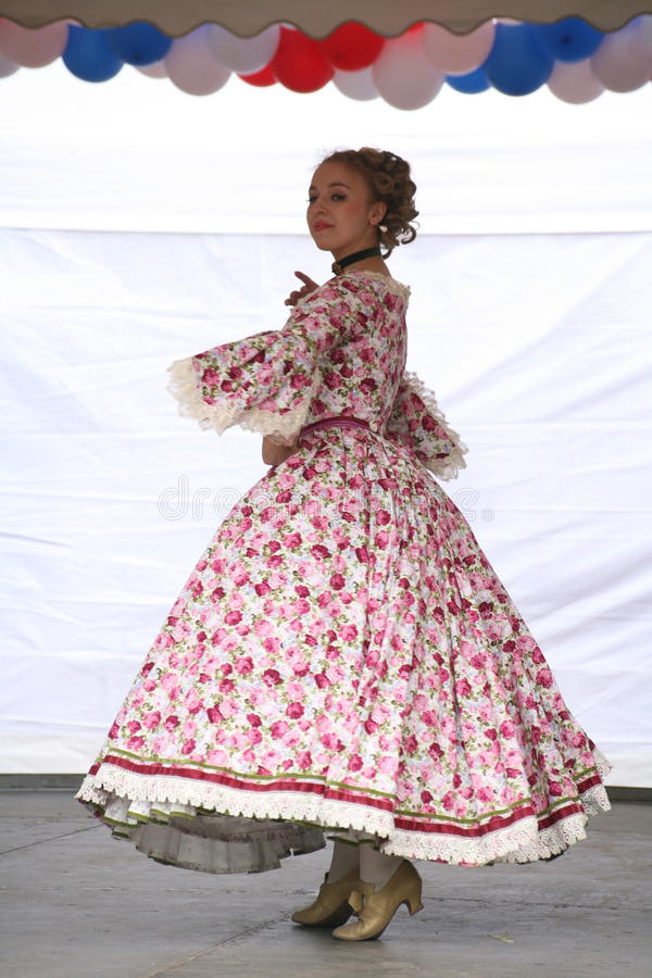 De prestaties van promotors en dansers van het ensemble van de historische kostuum en dansneven van Rameau royalty-vrije stock afbeelding