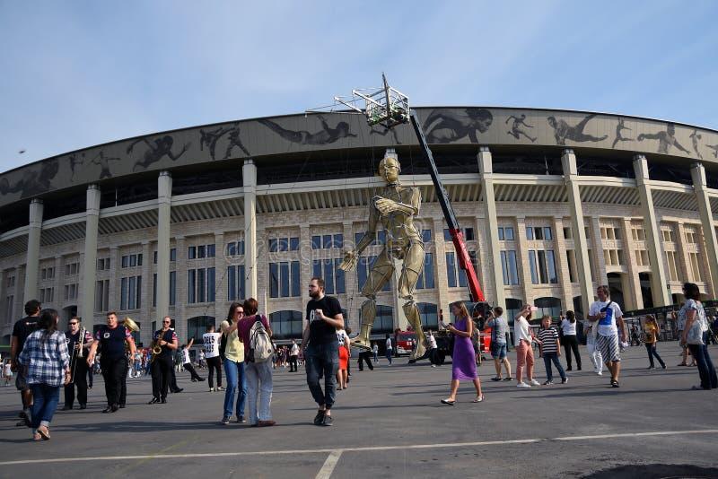 De prestaties van straattheaters in Luzhniki Van de de Stadsdag van Moskou 871ste de verjaardagsviering stock foto's