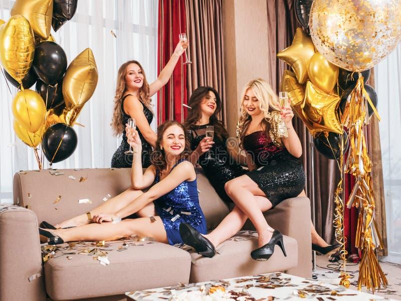 De pret die van de meisjespartij feestelijke avond stellen ziet eruit stock afbeelding
