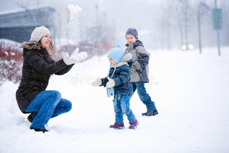 De pret van de familie in openlucht bij de winter stock foto's