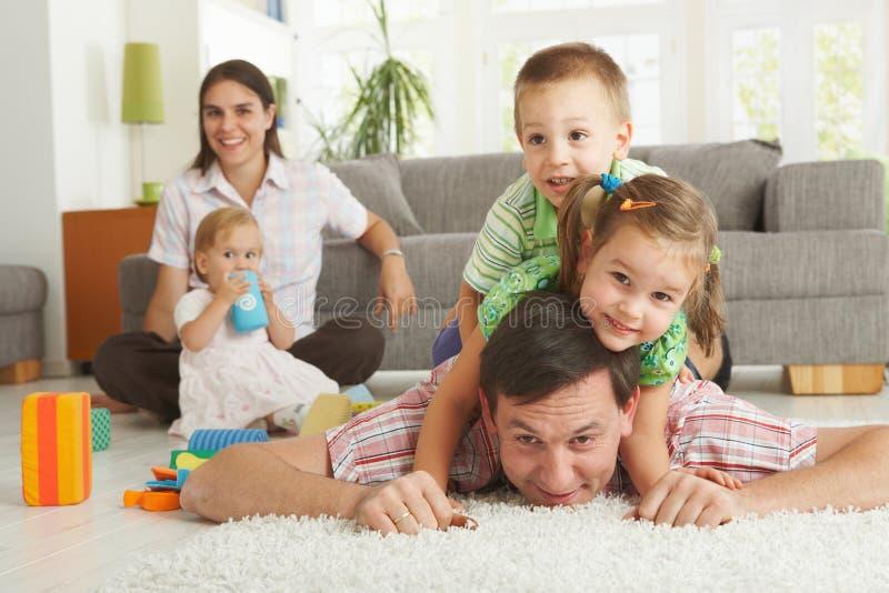 De pret van de familie thuis stock afbeelding