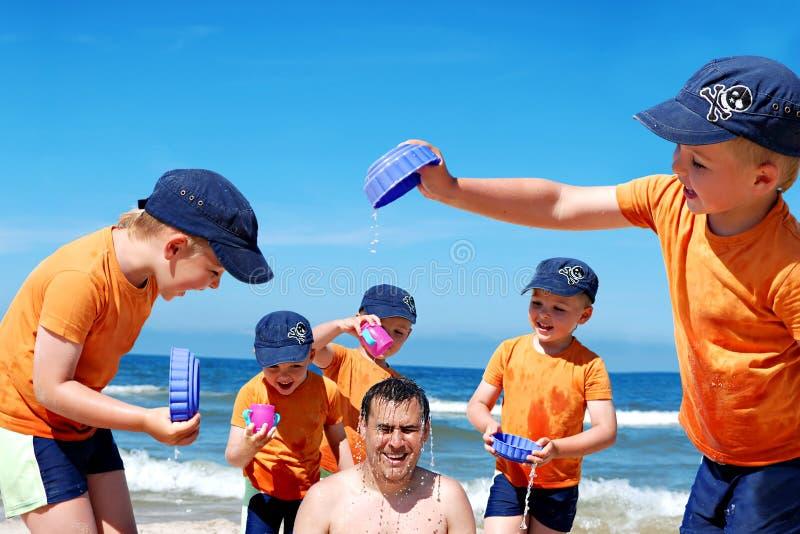 De pret van de vader en van de zoon bij strand royalty-vrije stock afbeelding
