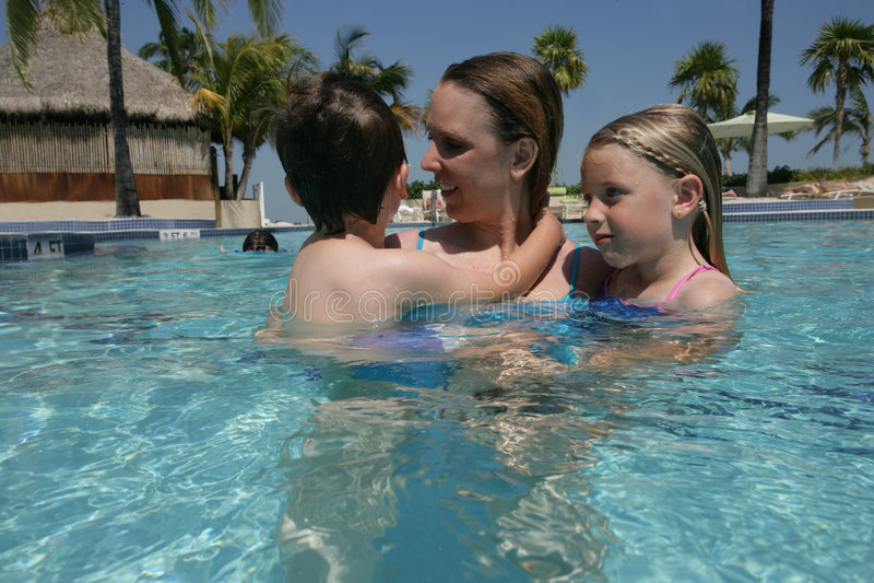 De pret van de vakantie in pool stock foto