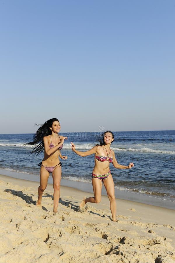 De pret van de vakantie: twee meisjes die een het rennen duel hebben royalty-vrije stock foto
