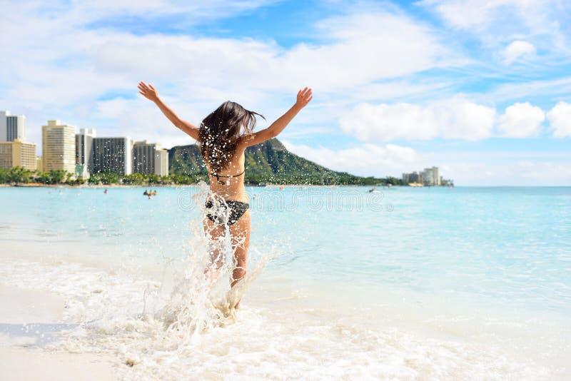 De pret van het Waikikistrand - gelukkige vrouw op de vakantie van Hawaï royalty-vrije stock fotografie