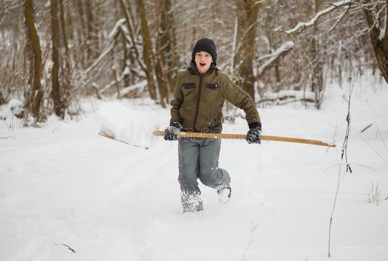 De pret van de winter tiener die pret het spelen met sneeuw hebben royalty-vrije stock fotografie