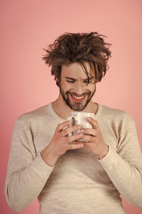 De pret ziet Gelukkige kerel met theekop op onder ogen roze achtergrond stock foto