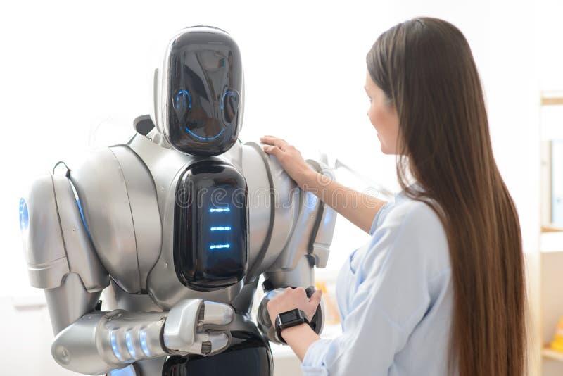 De prettige hand van de meisjesholding van de robot royalty-vrije stock fotografie