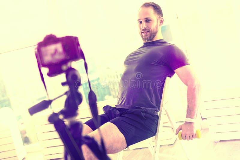 De prettige mens die van Nice oefeningen in een ruimte voor de camera doen royalty-vrije stock foto