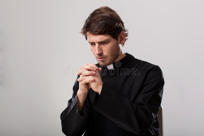 De priester bidt stock foto