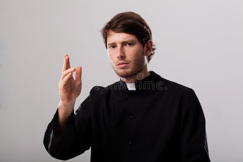 De priester geeft een zegen stock afbeeldingen