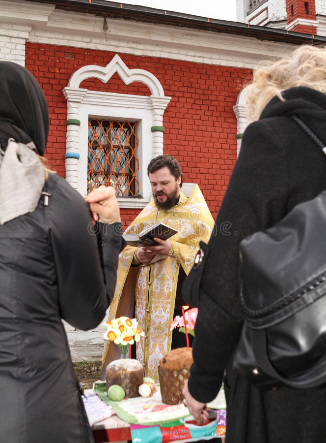 De priester leest een gebed stock fotografie