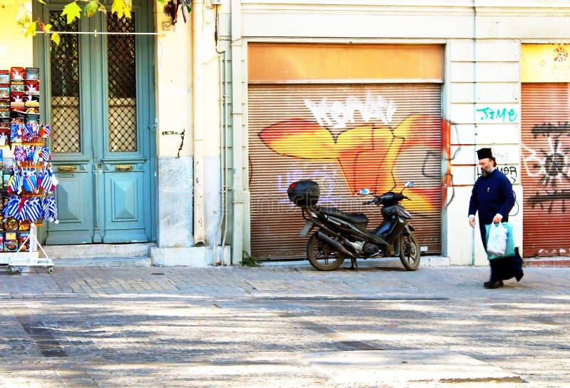 De priester loopt onderaan de straat in Athene, Griekenland royalty-vrije stock afbeeldingen