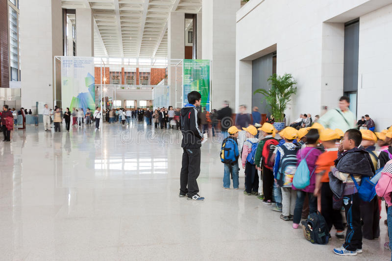 De primaire studenten stellen op om museum te bezoeken royalty-vrije stock afbeelding