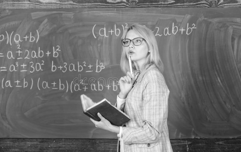 De principes kunnen het onderwijs effici?nt maken Het vrouwenonderwijs dichtbij bord in klaslokaal Het effici?nte onderwijs impli royalty-vrije stock foto