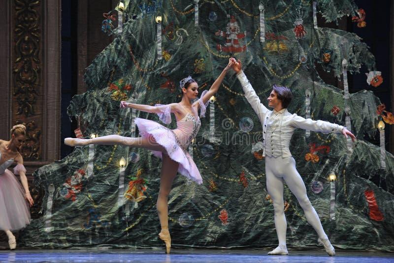 De prins en Clara zeer gelukkig-in het Kerstmis boom-Tableau de 3-Balletnotekraker royalty-vrije stock afbeelding