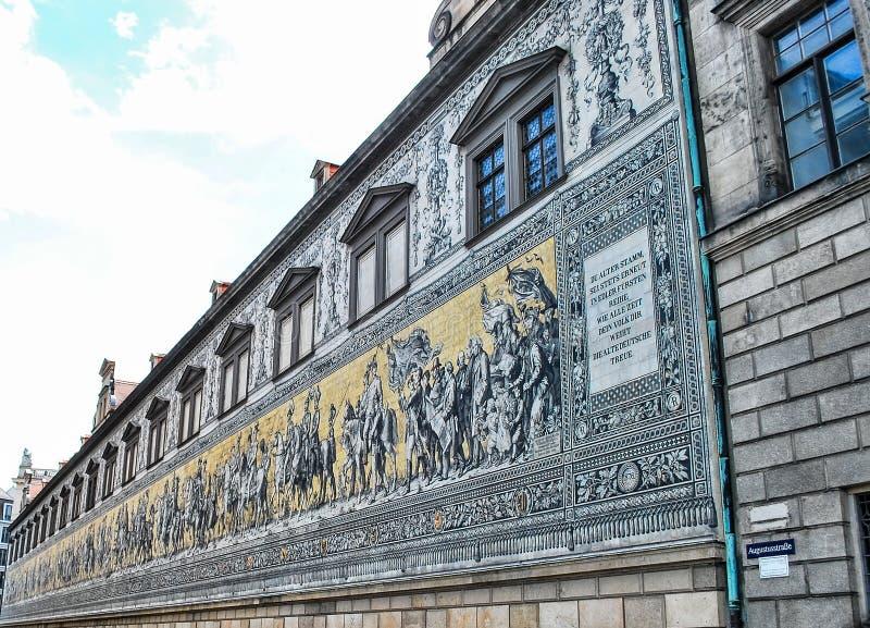 De prinselijke optocht Fyurstentsug - beroemde betegelde muurpanelen in Dresden, Duitsland royalty-vrije stock afbeelding
