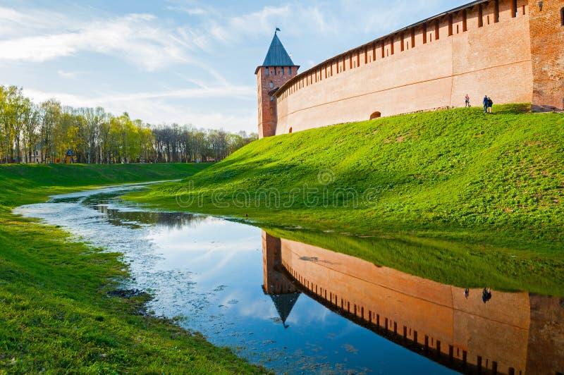 De Prinstoren van Velikynovgorod het Kremlin in de zomeravond in Veliky Novgorod, Rusland stock fotografie
