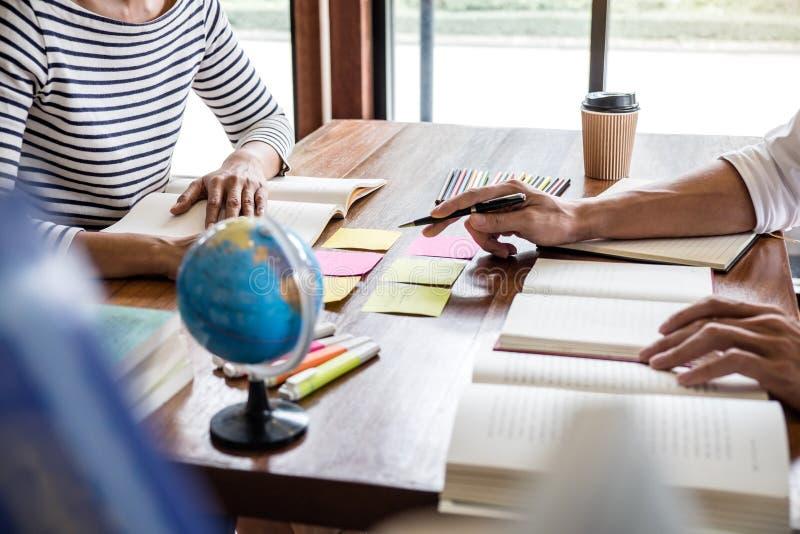 De privé-leraarboeken met vrienden, Jonge studentencampus of klasgenoten helpt vrienden de achterstand inlopend werkboek en het l royalty-vrije stock afbeeldingen
