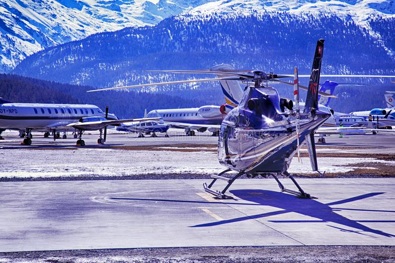 De privé stralen, de vliegtuigen en de helikopters in de mooie sneeuw behandelden bergen van alpen in St Moritz Switzerland stock fotografie