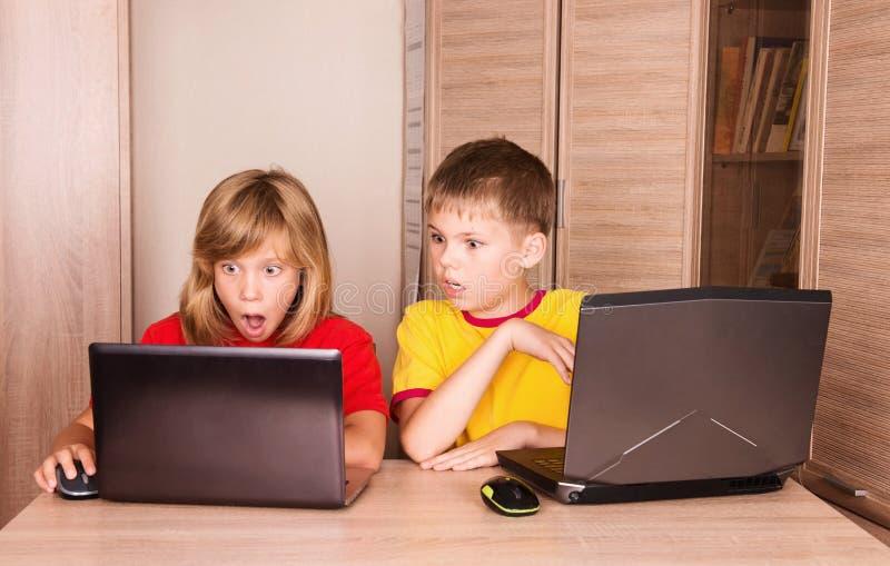 De Problemen van de computer Beklemtoonde gefrustreerde en doen schrikken kinderenhavin royalty-vrije stock fotografie