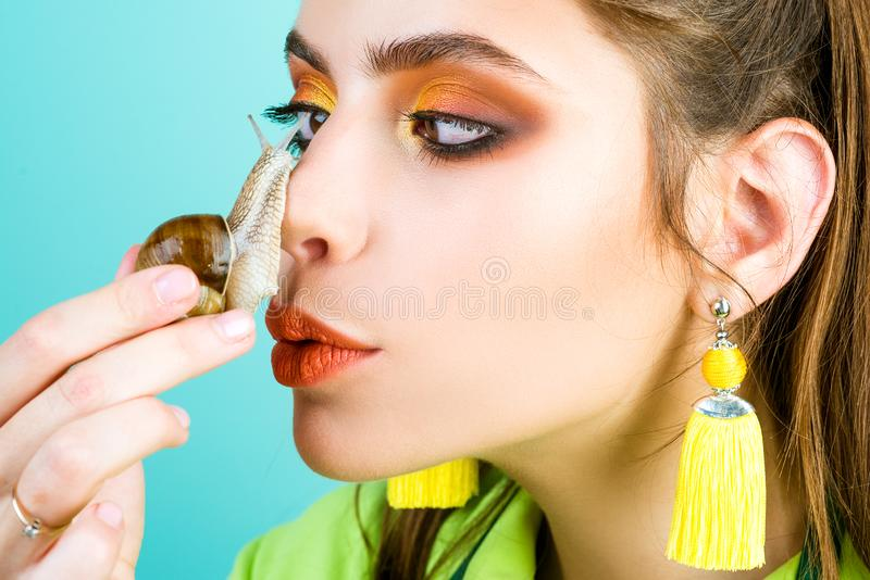 De procedure van de de kosmetiekschoonheid De zorg van de huid Massage met slak Skincare het herstellen Helend slijm Het hebben v royalty-vrije stock foto's