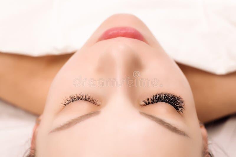 De Procedure van de wimperuitbreiding Het oog van de vrouw met lange wimpers Sluit omhoog, selectieve nadruk stock afbeeldingen