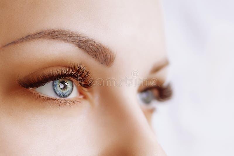 De Procedure van de wimperuitbreiding Het oog van de vrouw met lange wimpers Sluit omhoog, selectieve nadruk royalty-vrije stock foto's