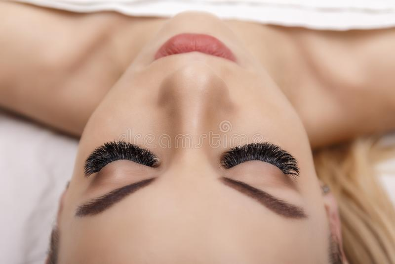 De Procedure van de wimperuitbreiding Het oog van de vrouw met lange wimpers Sluit omhoog, selectieve nadruk Hollywood, Russisch  royalty-vrije stock fotografie