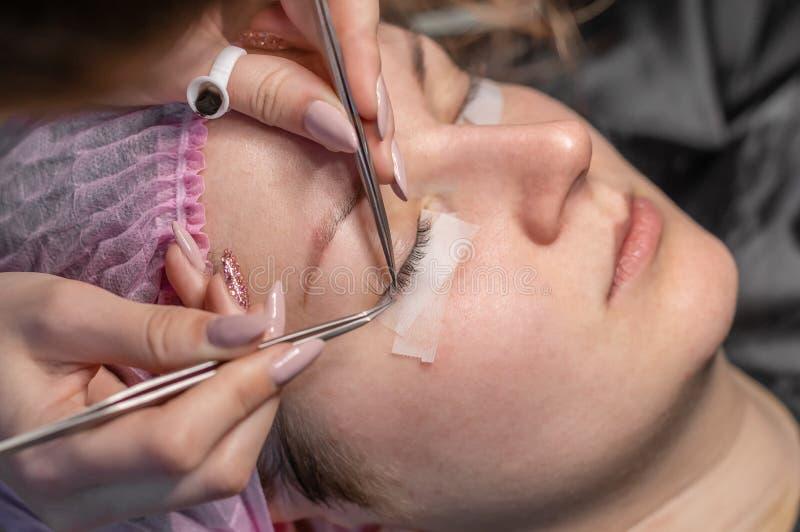 De Procedure van de wimperuitbreiding Vrouwelijk oog met lange wimpers Wimpers, close-up, selectieve nadruk stock afbeelding