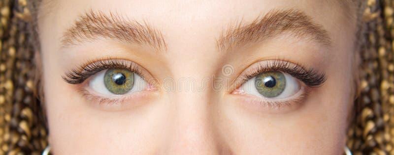 De Procedure van de wimperuitbreiding Vrouwenoog met Lange valse Wimpers Sluit omhoog macro van manierogen visagein wordt geschot stock foto's