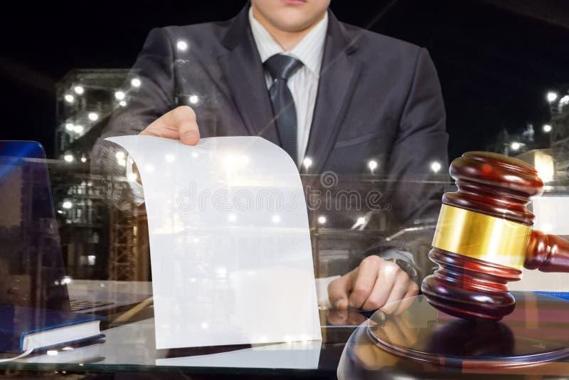 De procureur toont het wettelijke document stock fotografie