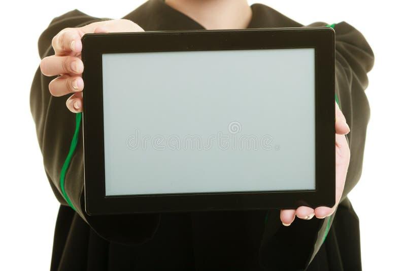 De procureur van de vrouwenadvocaat in klassieke poetsmiddeltoga houdt ruimte van het tablet de lege exemplaar stock foto's